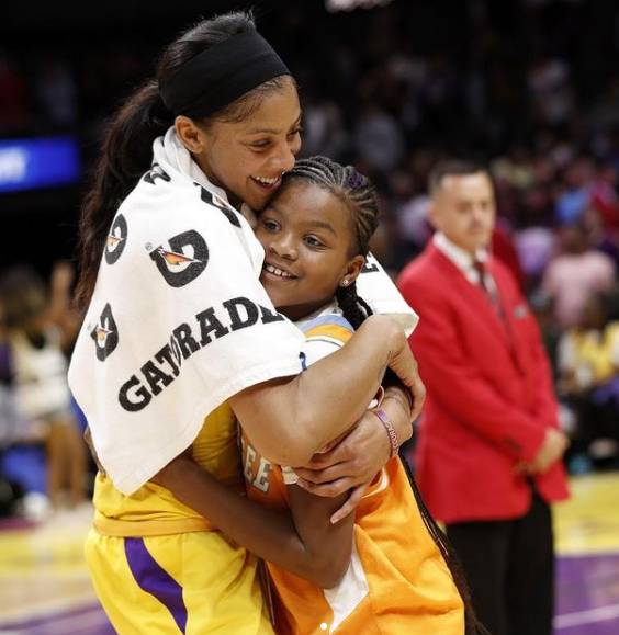 Candace Parker talks of her love for Portillo's and Harold's Chicken Shack on TNT. So fellow Chicagoan Dwyane Wade ensures the new Sky star doesn't go hungry.